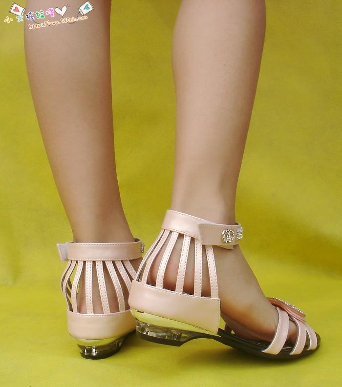 来自 于 小 女孩 光 脚 凉鞋 小 女孩 光 脚 凉鞋 9 15
